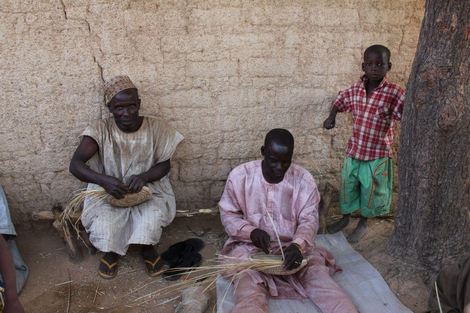 Die Kinder sind immer dabei - Dorf Dori NIgeria - Juni 2014