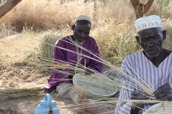 Bis ins hohe Alter sind die Dorfmitglieder mit der Arbeit beschäftigt - Juni 2014