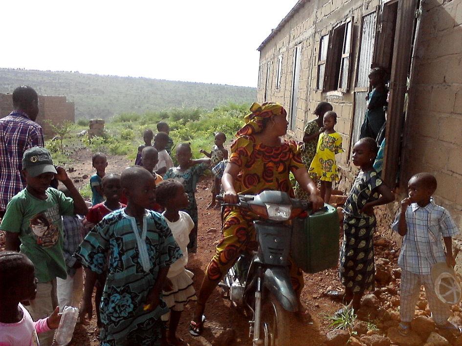 Eine der Köchinnen erreicht die Schule - August 2014